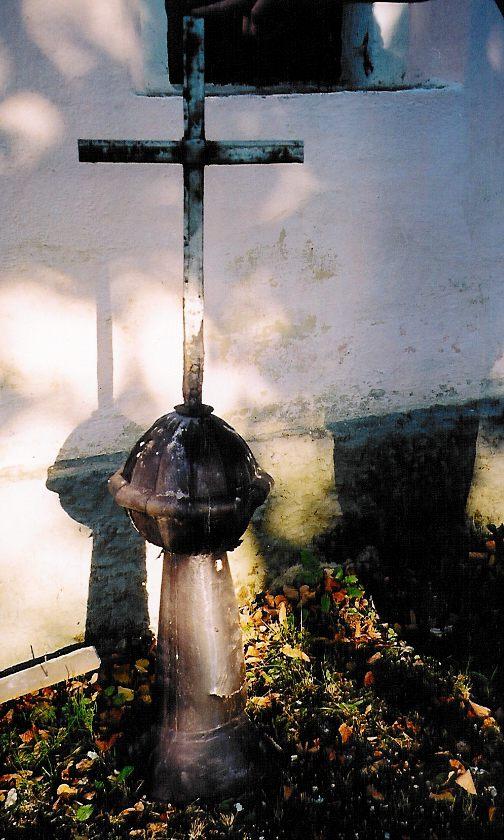 Olešná - oprava kapličky říjen 2003 - kopule s křížkem.jpg