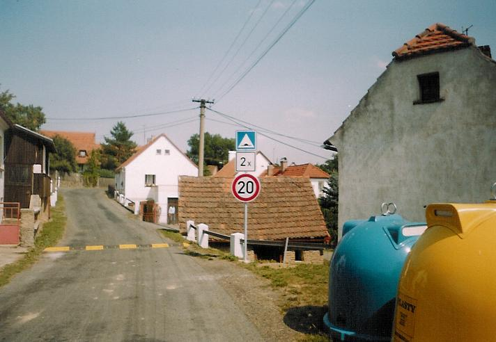 Zpomalovací pruhy 2004 foto Štruncová.jpg